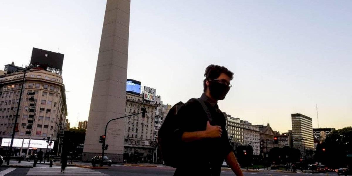 """Argentina endurece cuarentena para """"evitar llegar al punto al que se arribó en Chile donde la gente muere en las calles"""""""