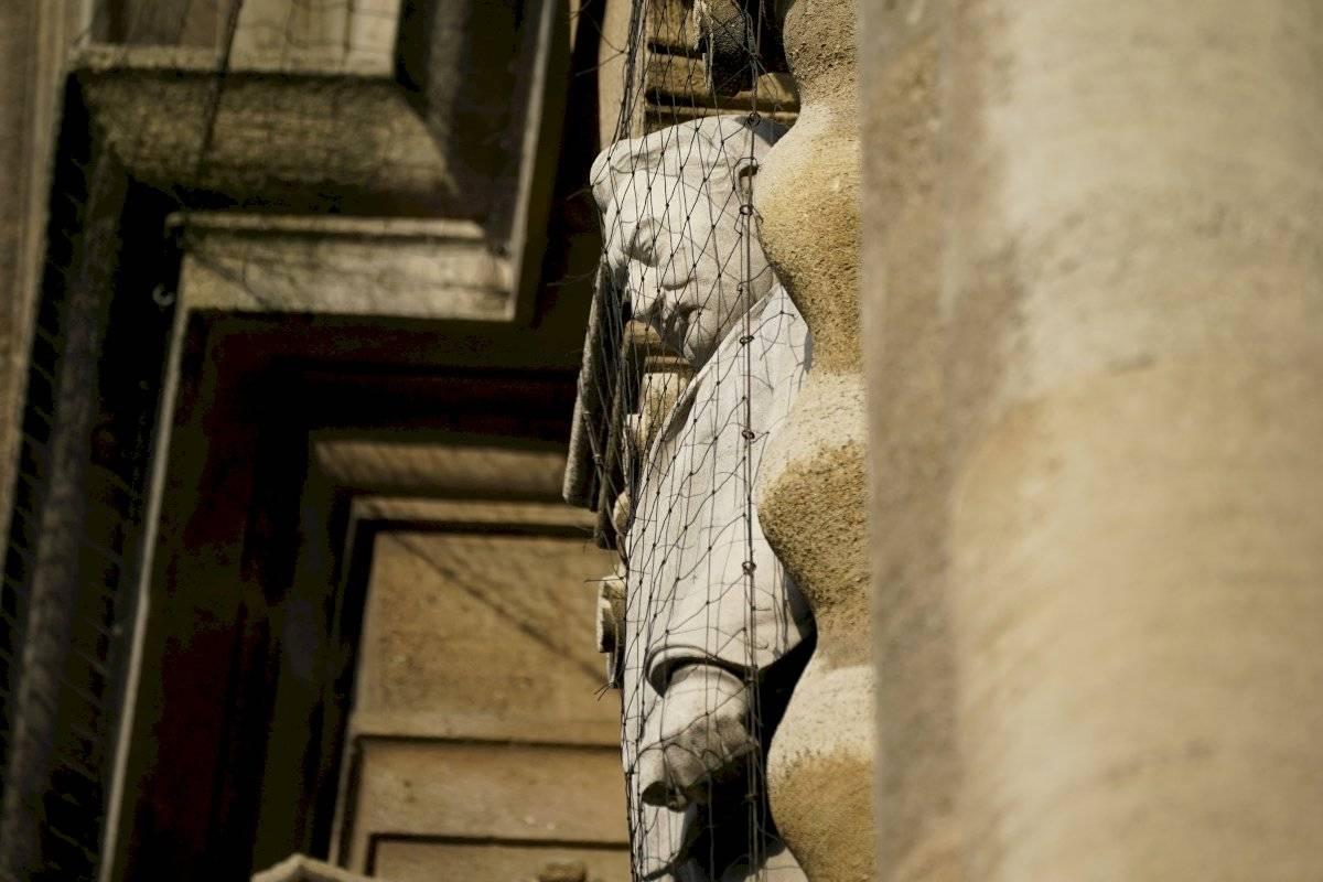 O monumento de Cecil John Rhodes, imperialista inglês, é protegido na porta da Universidade de Oxford Christopher Furlong/Getty Images