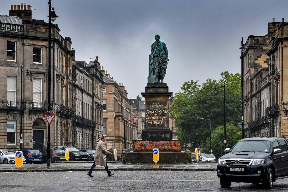 Estátua de Robert Dundas vandalizada na Escócia Jeff J Mitchell/Getty Images