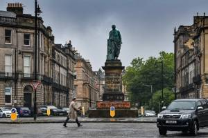 Estátua de Robert Dundas vandalizada na Escócia