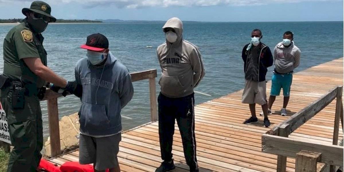 Detienen a 17 indocumentados en aguas de Rincón