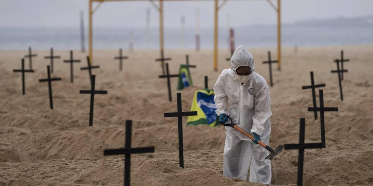 Cavan tumbas en plena playa Copacabana en protesta por el caos que tiene el coronavirus en Brasil
