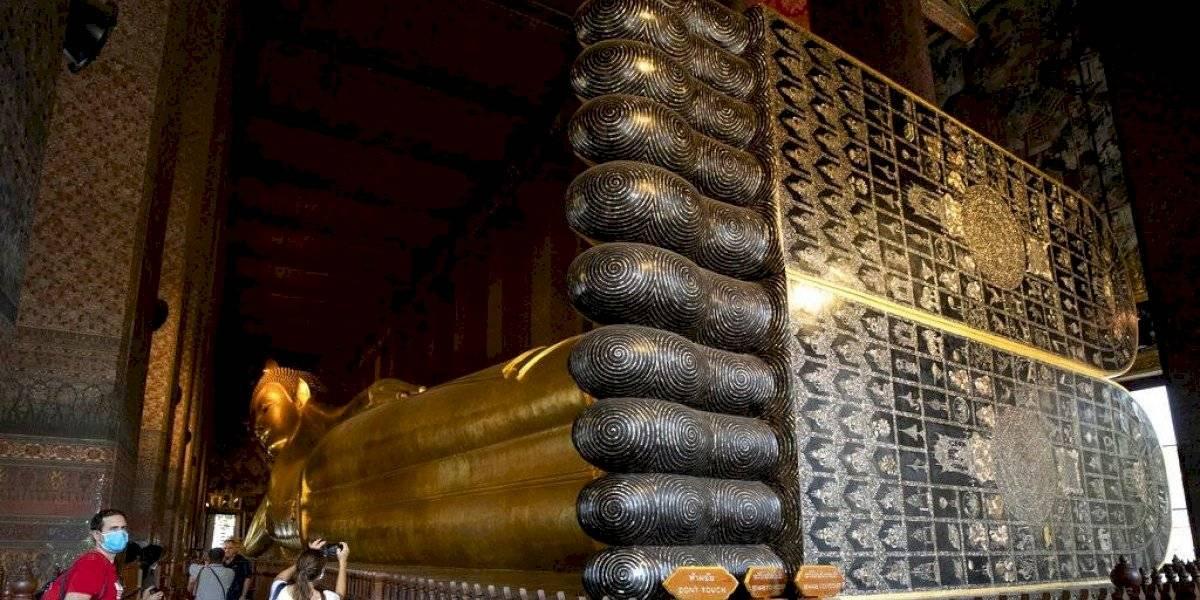 Famoso templo budista en Tailandia prohíbe paso a extranjeros por la pandemia