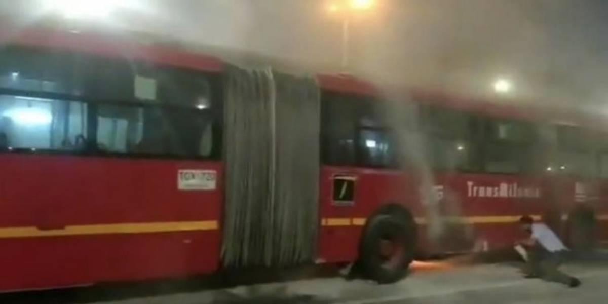 Bus de TransMilenio se incendió en plena troncal de la NQS