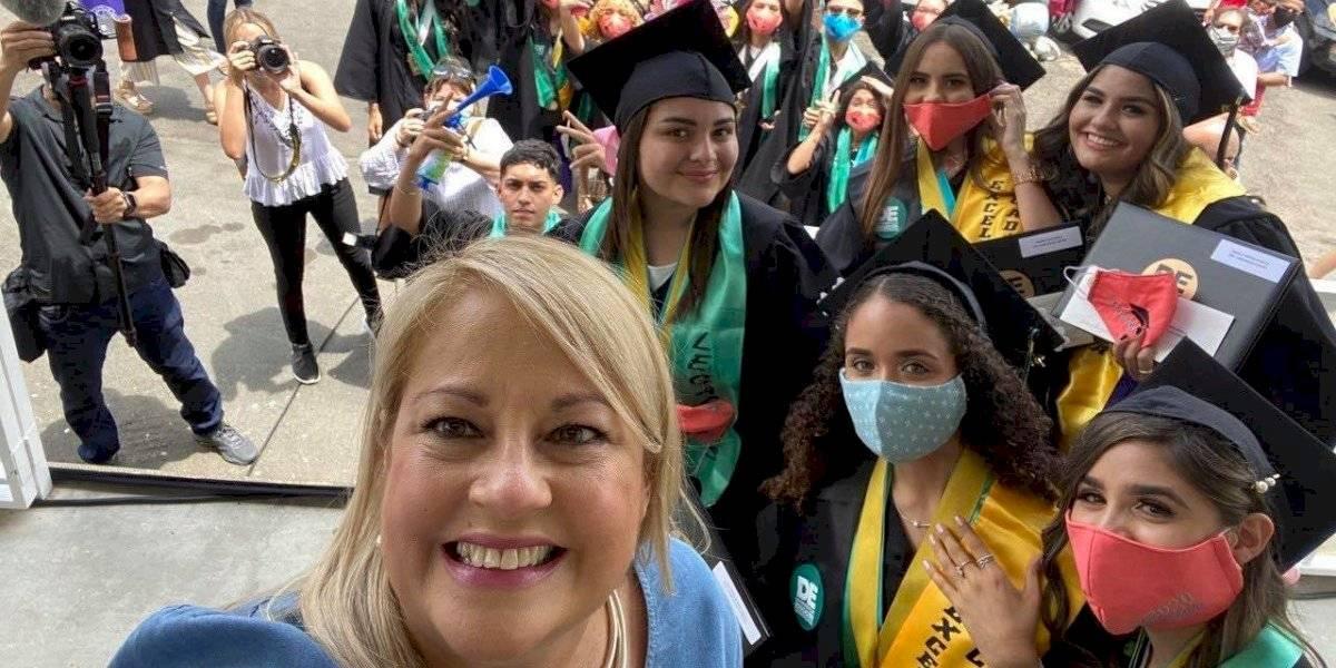 Gobernadora se toma fotos sin mascarilla con graduandos