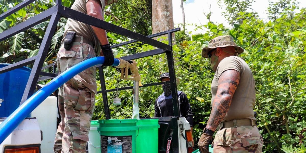 General de la Guardia Nacional visita soldados que purifican agua en Barranquitas