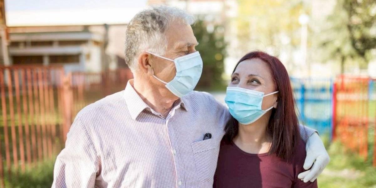 Epidemiólogos le ponen fecha a los abrazos después del coronavirus: ¿cuánto falta para volver a los cariños?