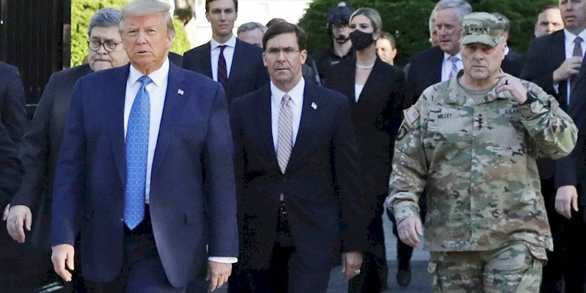 Trump habla ante cadetes en medio de tensión con militares