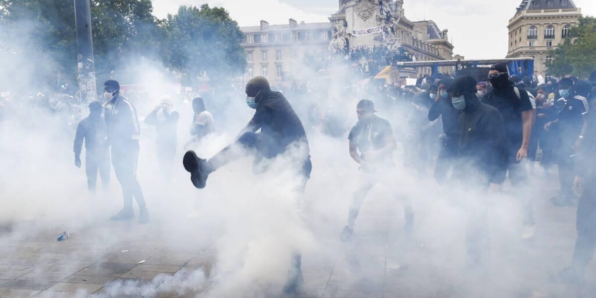 Protesta contra la brutalidad policiaca termina con enfrentamientos entre agentes y manifestantes en París