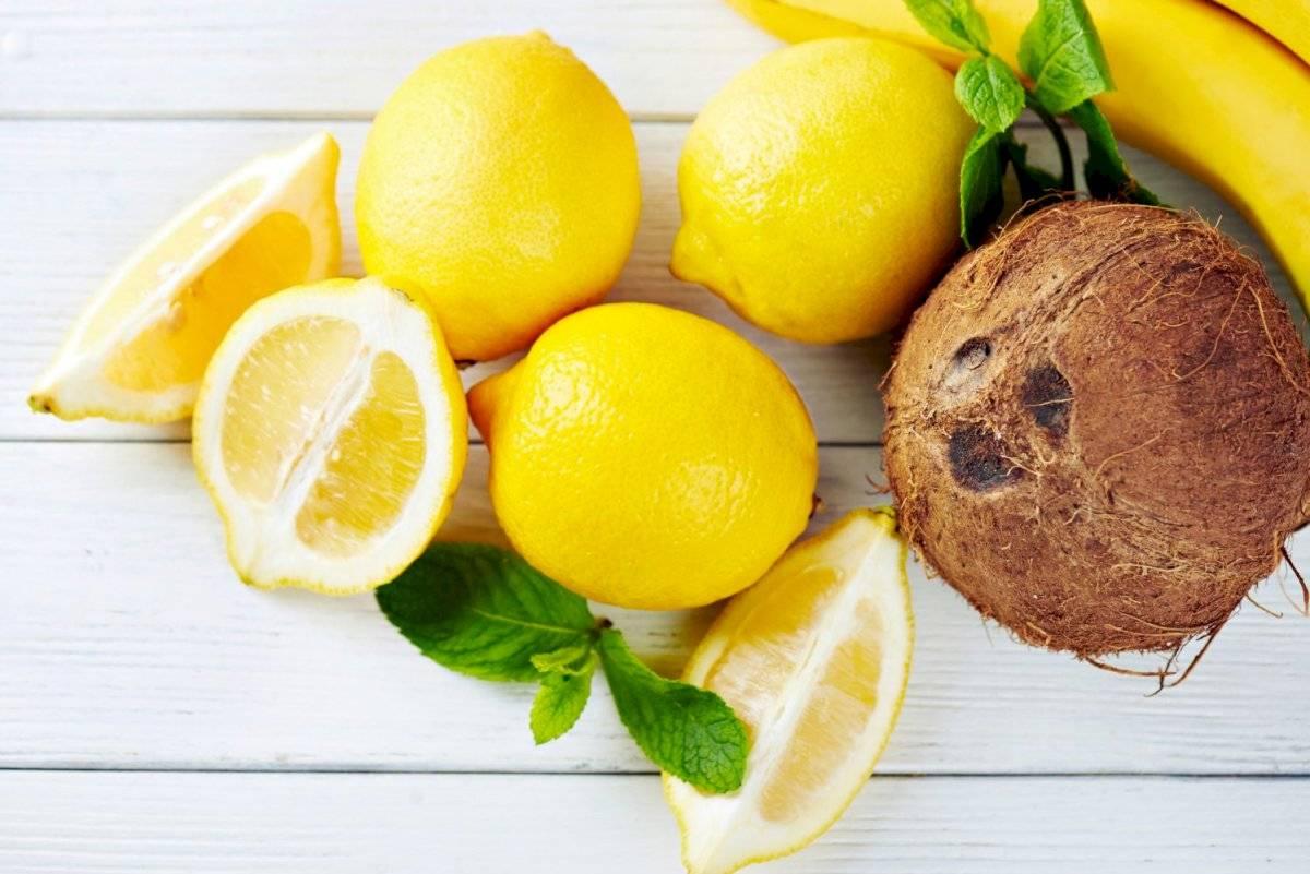 El aceite de coco con las cáscaras de limón hacen un remedio muy efectivo para las cejas