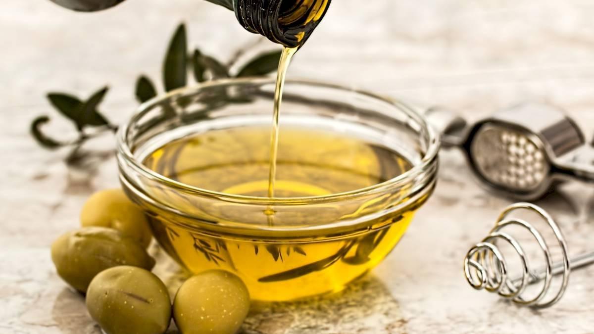 Entre las propiedades curativas del aceite de oliva está el potenciar el crecimiento de las cejas