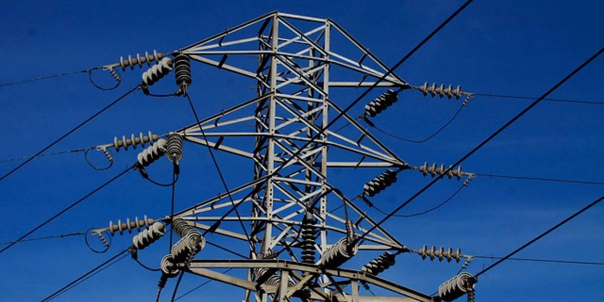 Rescatan a hombre que subió a torre eléctrica durante toque de queda