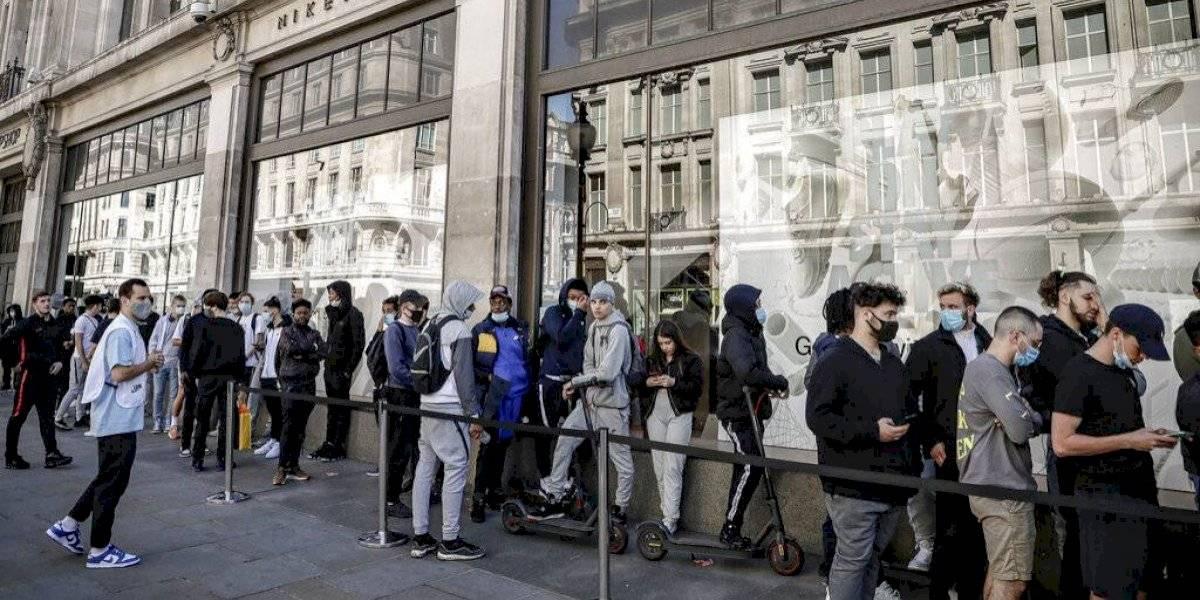 Reapertura de tiendas genera largas filas en Reino Unido
