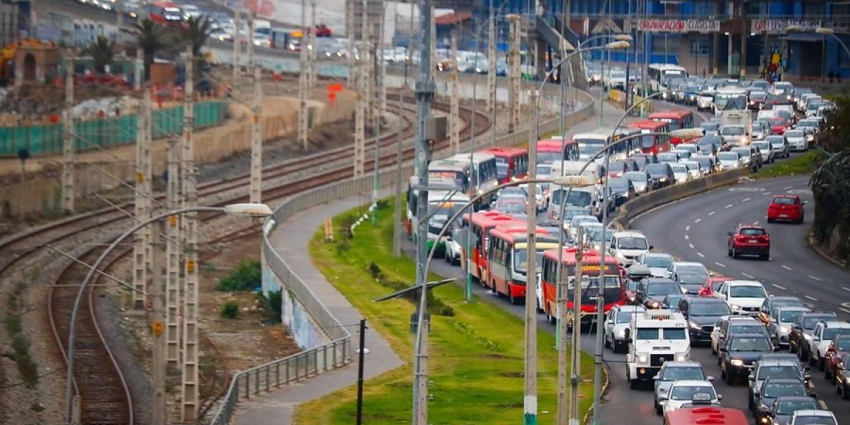 ¿Pero qué no entendieron? Largas filas de autos en el primer día hábil de cuarentena en Valparaíso y Viña