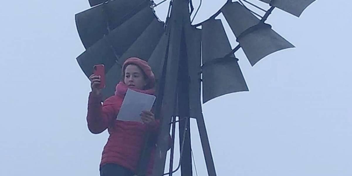 """Ella es """"Súper Joaquina"""": la niña de 11 años que se sube a un molino 3 ó 4 veces al día para hacer su tarea"""