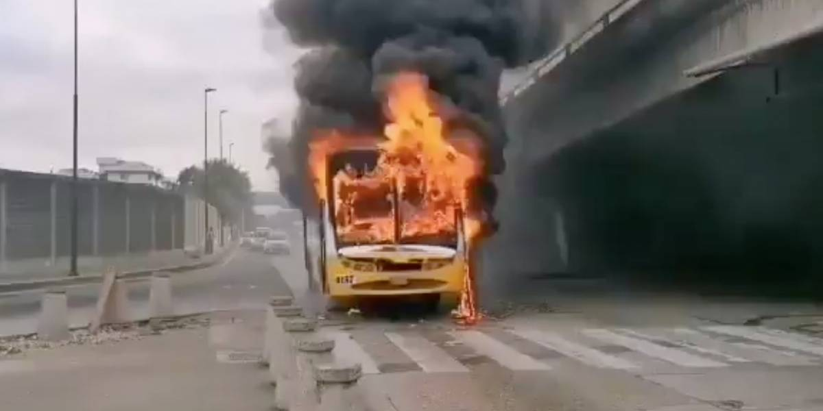 Se reportó el incendio de un bus en Guayaquil