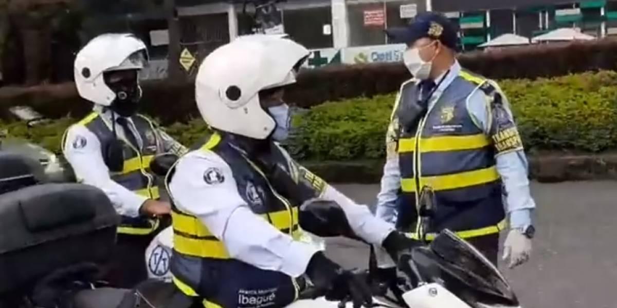 Agente de tránsito se defiende tras detener a a una mujer que iba a la clínica para dar a luz
