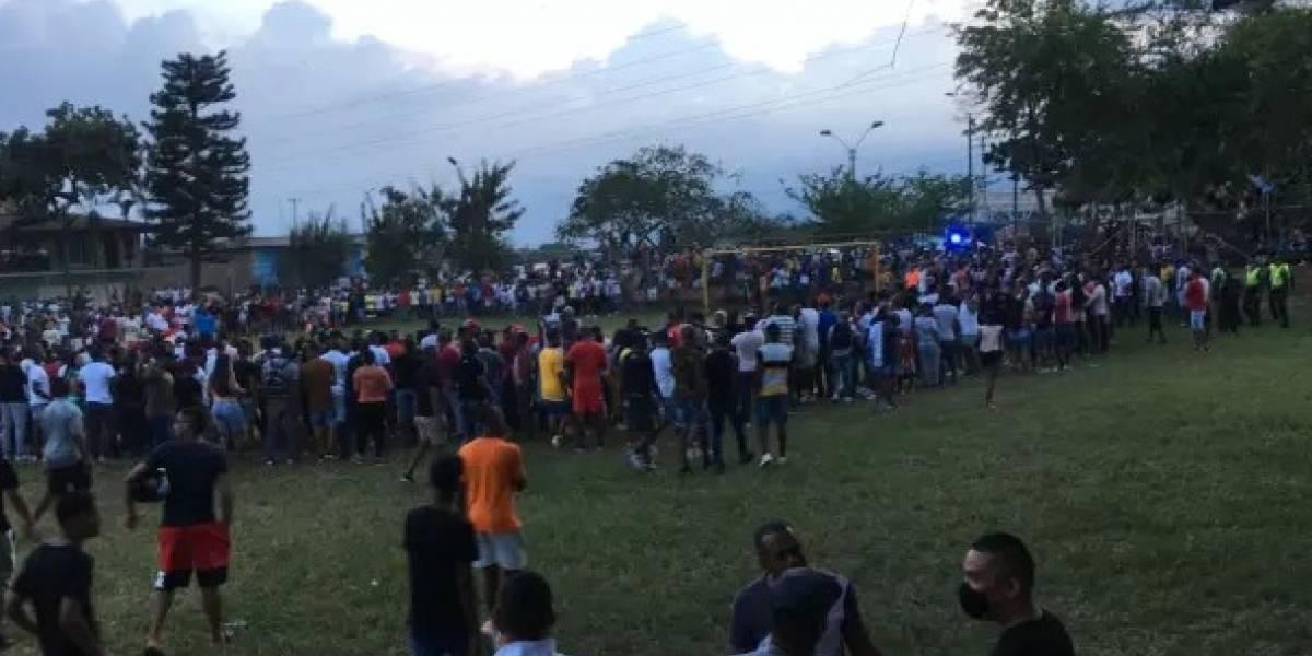 ¡El colmo! En plena cuarentena, más de 400 personas se reunieron a ver un partido de fútbol
