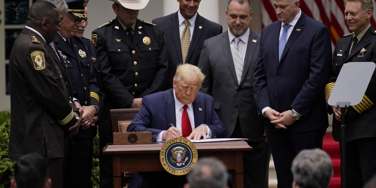 Trump firma decreto presidencial para cambios en la Policía