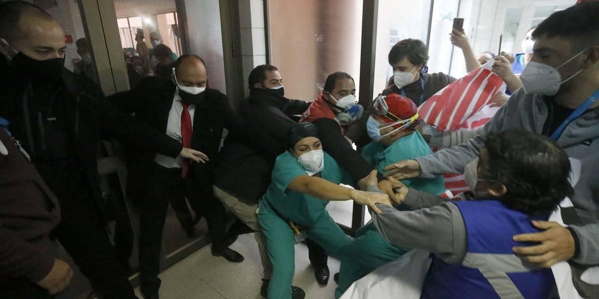 Con protestas recibieron a ministro Enrique Paris en Hospital San José