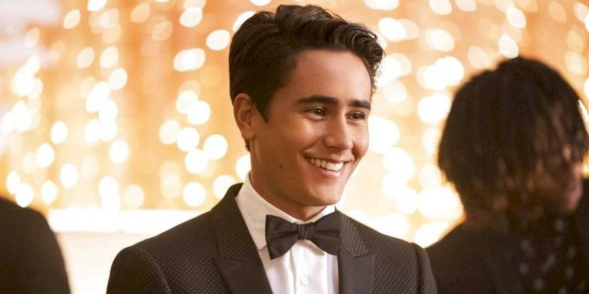 "Michael Cimino da vida a joven gay latino en la serie ""Love, Victor"""