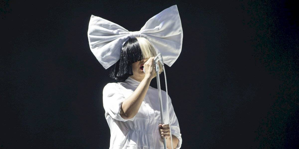 Sia cumple deseo de fanática latina con cáncer en etapa terminal