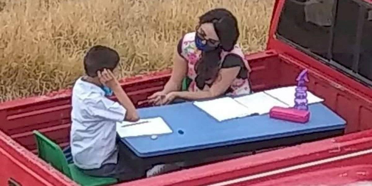 Un ejemplo de amor por educar: profesora hace clases en la parte de atrás de su camioneta