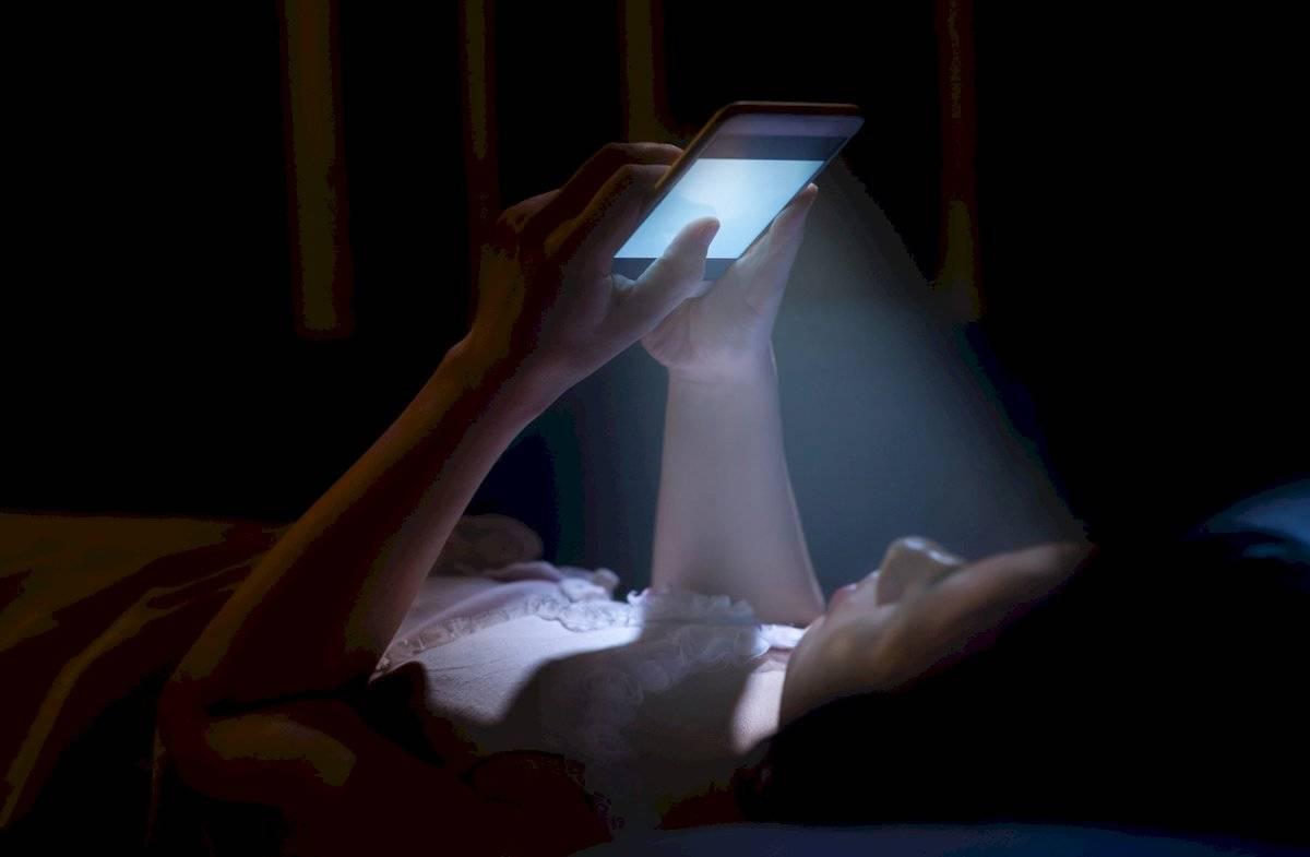 Llevarse el celular a la cama es un gran problema para combatir el insomnio