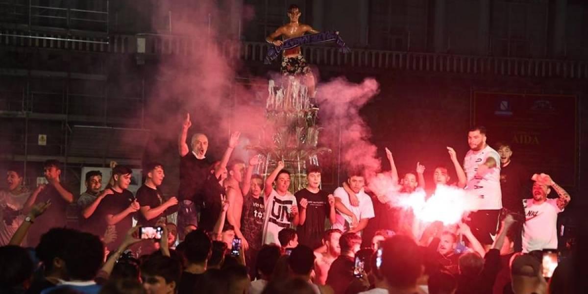 Hinchas en Nápoles rompen el distanciamiento social para celebrar la Copa conseguida por su equipo