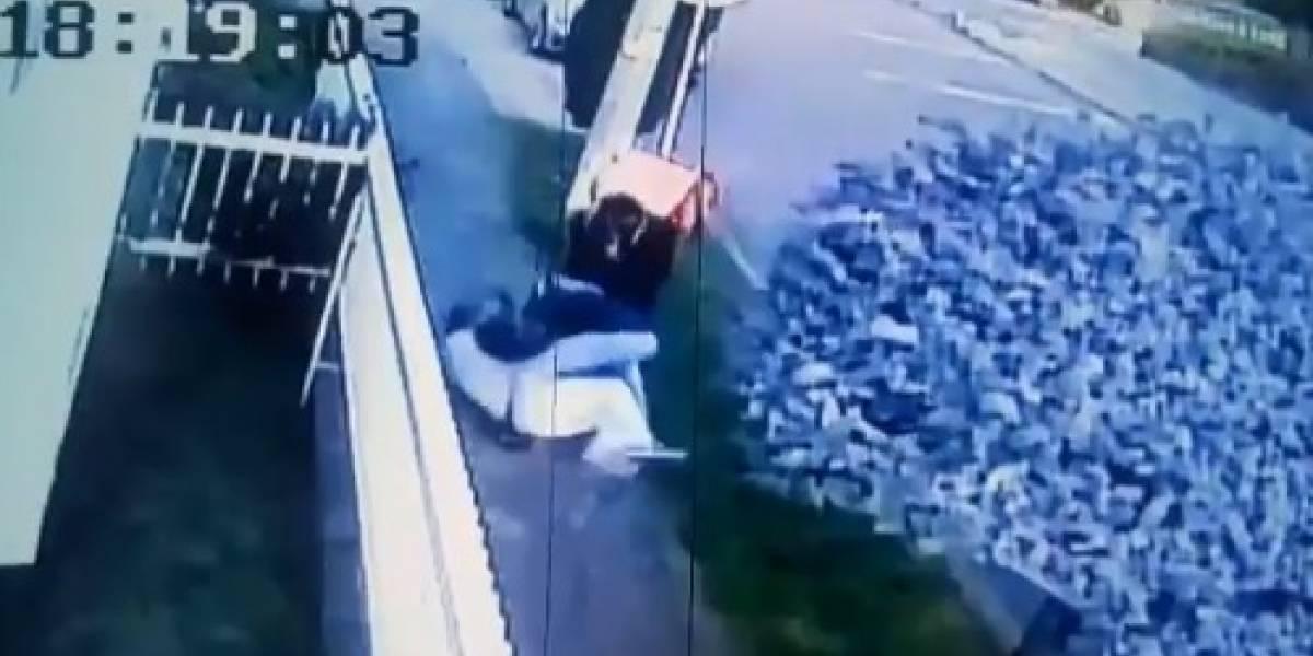 (VIDEO) Delincuentes vestidos de rappitenderos golpearon anciano para robarle reloj de $67 millones