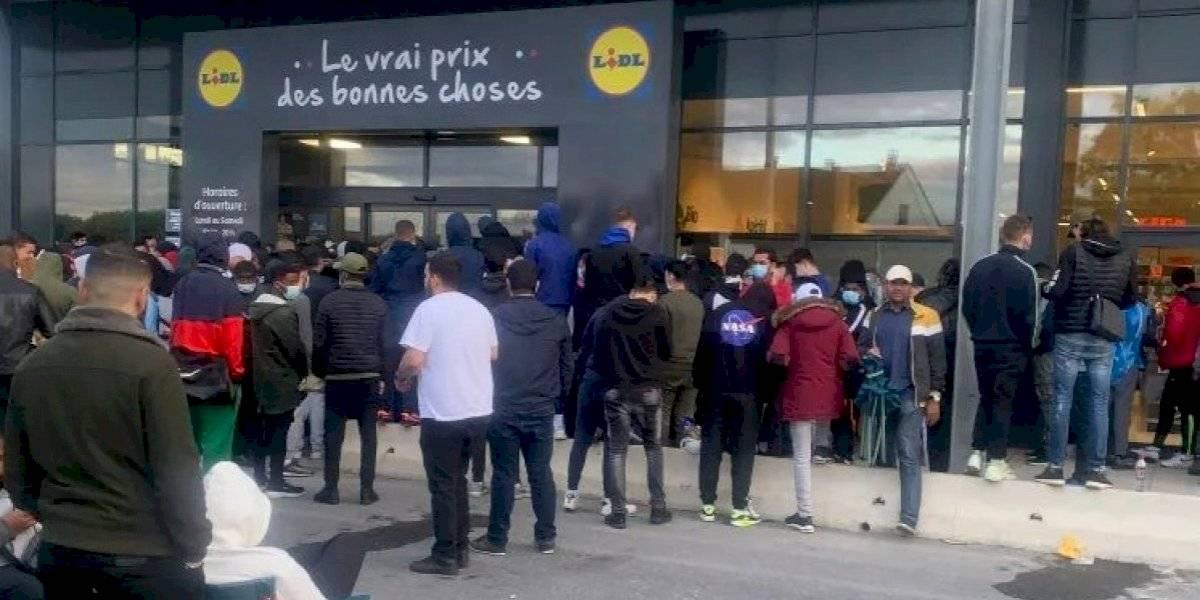 Aglomeración de personas tras oferta de la PlayStation 4 en tienda de Francia