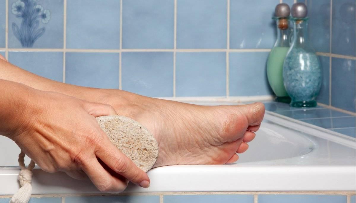 Aplícate un producto exfoliante para pies