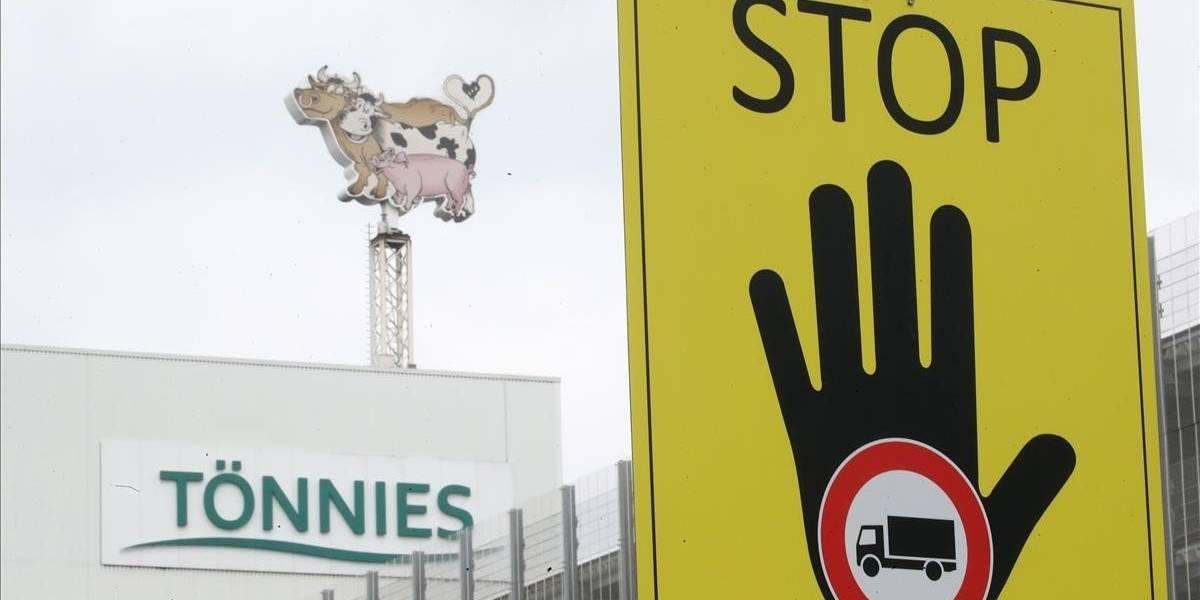 Científicos descubren que el coronavirus se transmitió a 8 metros de distancia en planta de carne de Alemania