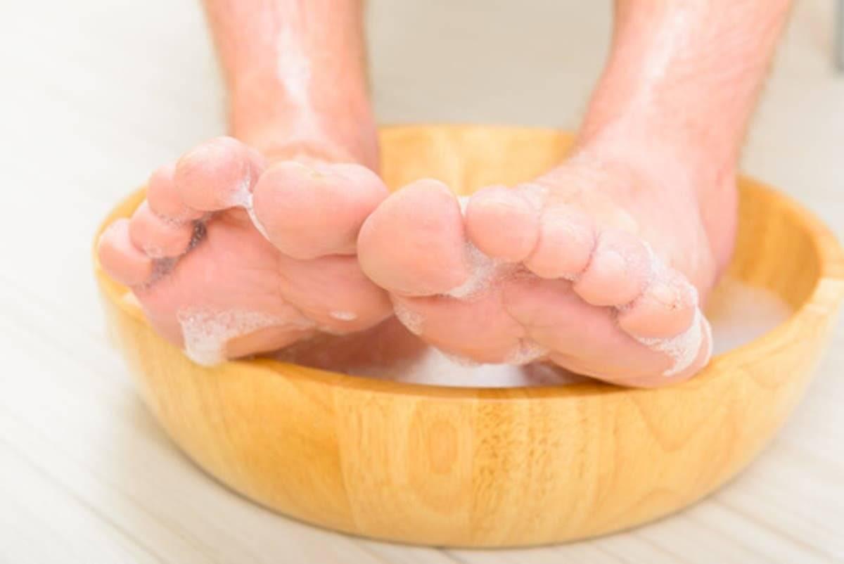 Remoja tus pies como primer paso para la rutina de belleza