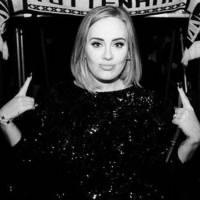 Adele como nunca la has visto: baggy pants y top negro estilo corsé