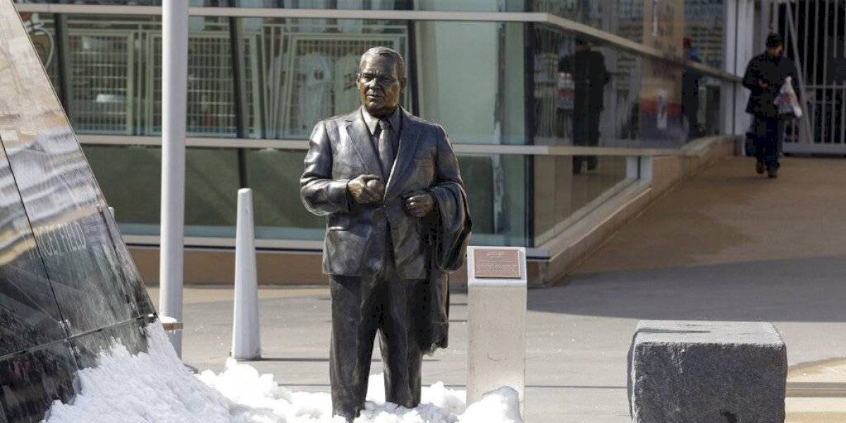 Mellizos retiran estatua de exdueño por comentarios racistas