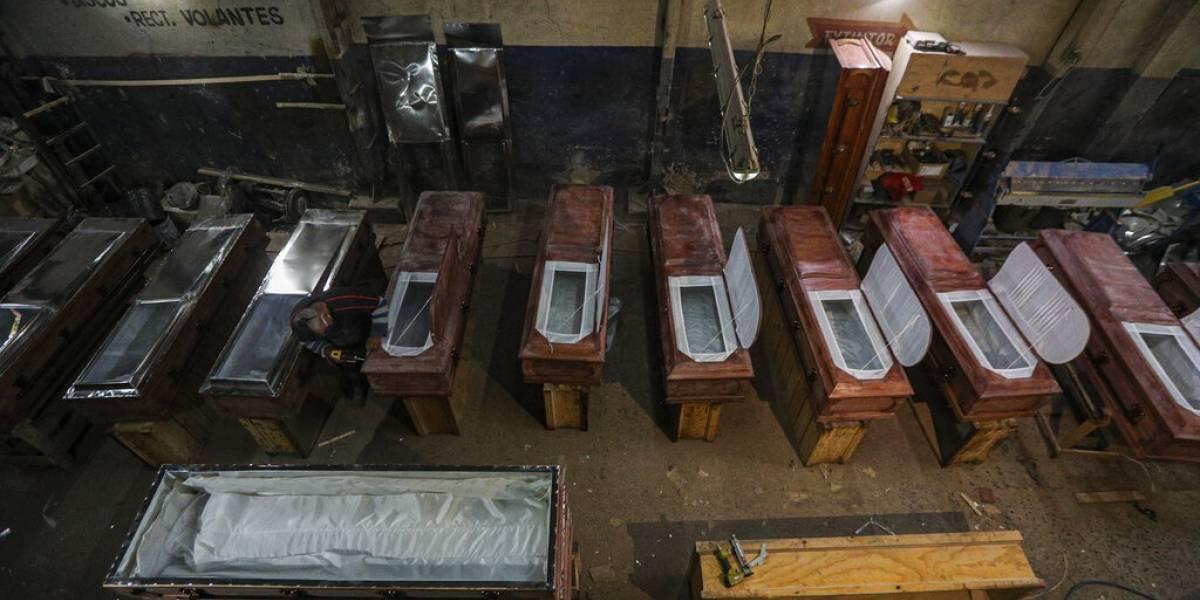 Fabricantes de ataúdes al límite: pandemia los obligan a duplicar su producción