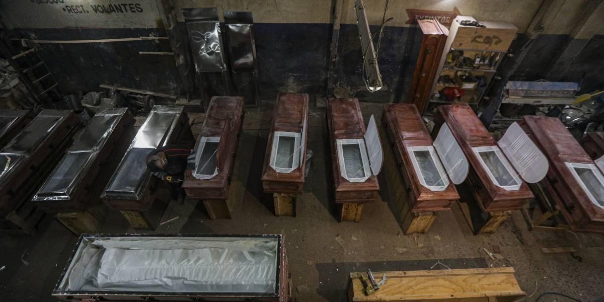 Fabricantes de ataúdes chilenos duplican su producción por el COVID-19