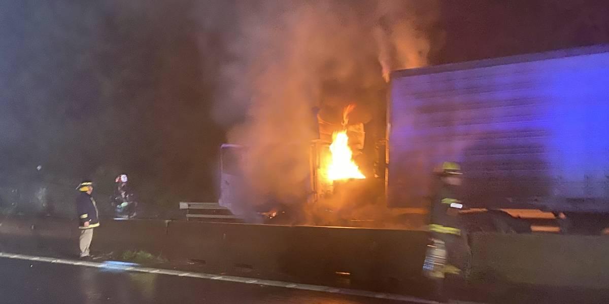 Seis camiones y un bus quemados en ola de ataques incendiarios en La Araucanía y el Biobío