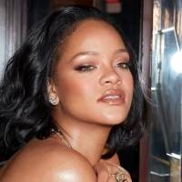 Rihanna deja muy poco a la imaginación al lucir atrevida pose en su nueva lencería amarilla
