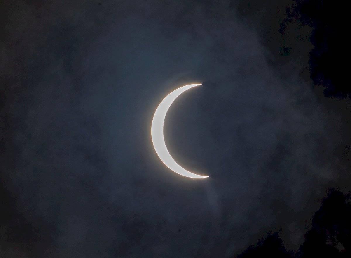 Vista de un eclipse solar anular parcial en el cielo nublado en Katmandú, Nepal