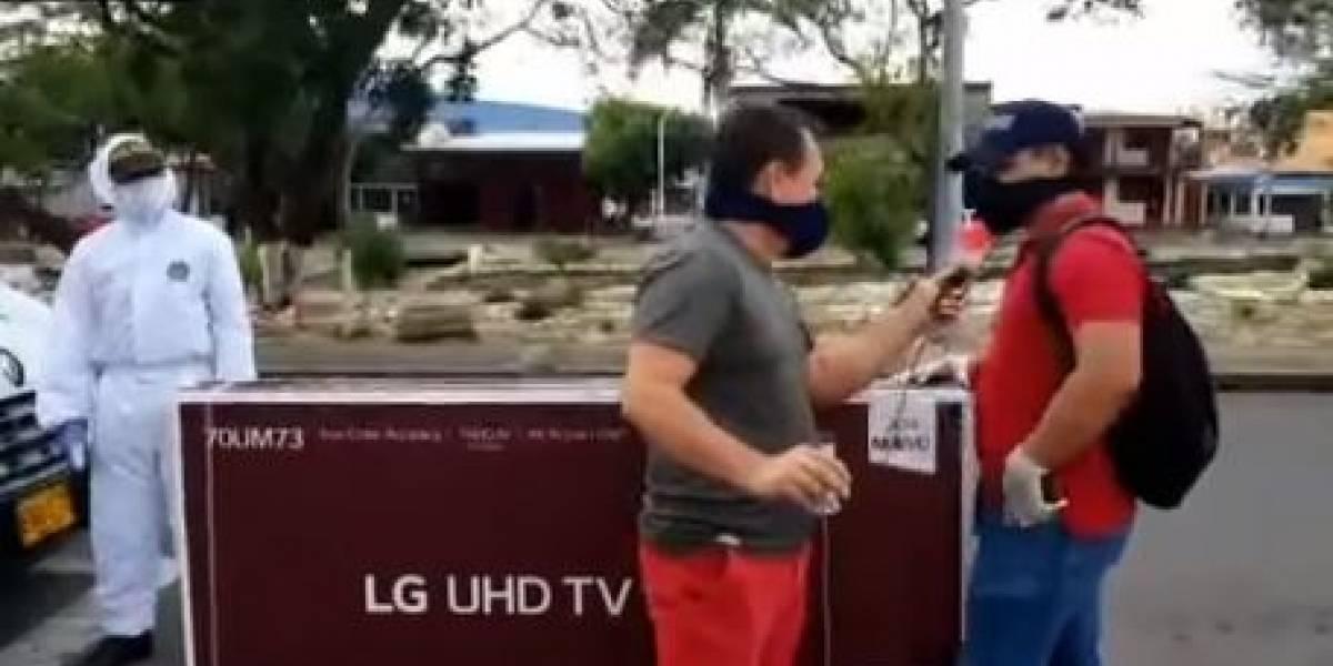 (VIDEO) Periodista le insinuó a ciudadano que tuvo plata para un televisor y se quedó sin lo del taxi y se hizo viral