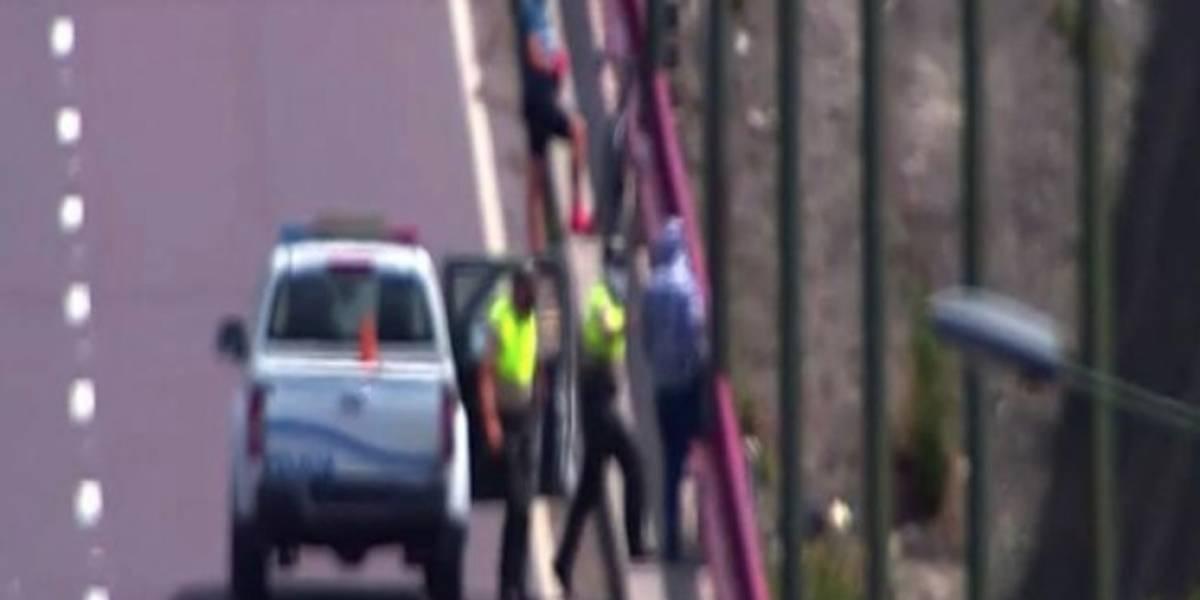 Policía evitó que dos personas atentaran contra su vida en el puente de El Chiche