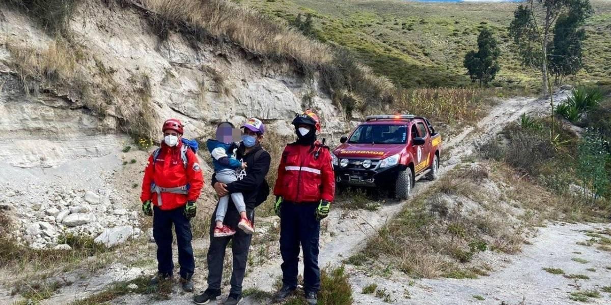 Rescatan a un padre y su hijo en el cerro conocido como el árbol solitario, sector de Pusuquí