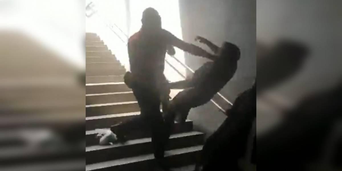 Empujaron a un hombre desde una escalera por no usar mascarilla
