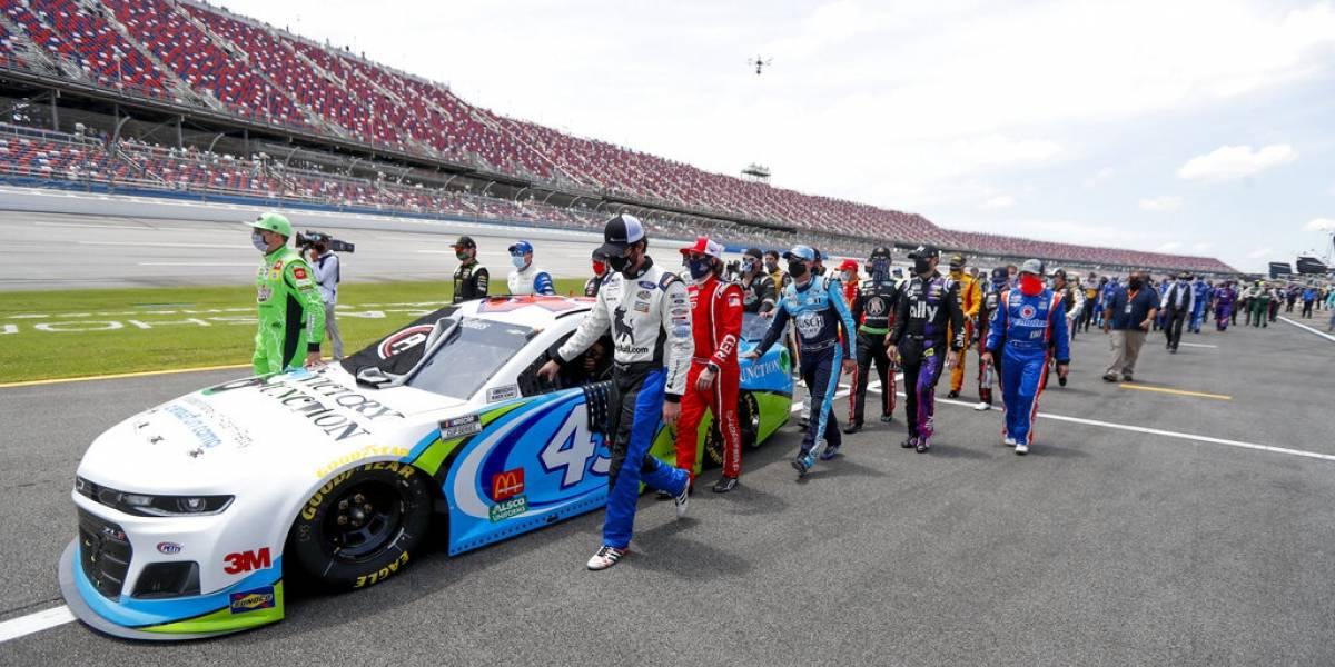 Solidarios pilotos de NASCAR con colega que recibió nudo de horca en su garage