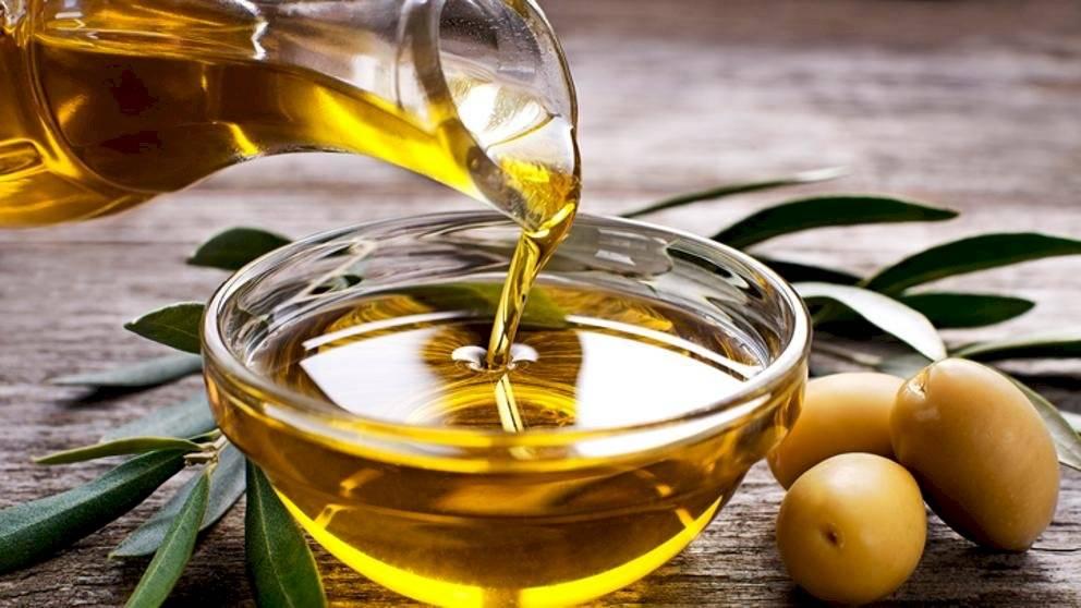 El aceite de oliva ayuda a hidratar el cabello y previene la caspa