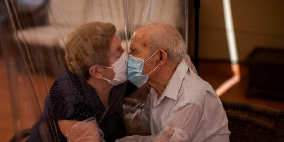 Tierno reencuentro de una pareja de ancianos tras 100 días encerrados