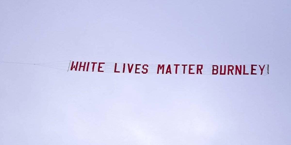"""Policía de Inglaterra investiga pancarta de """"White Lives Matter Burnley"""""""