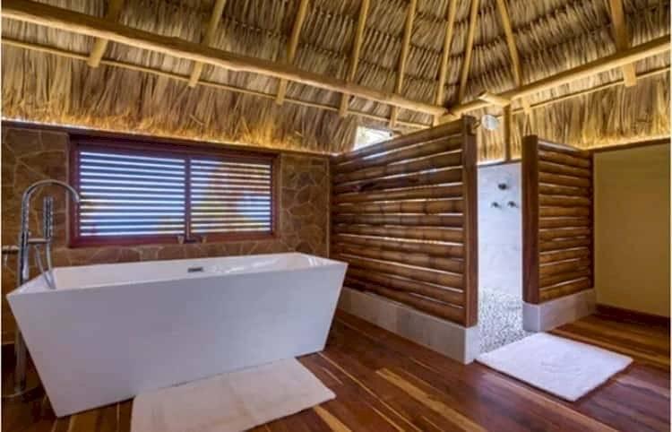 Los baños están decorados en madera y cuentan con una elegante tina